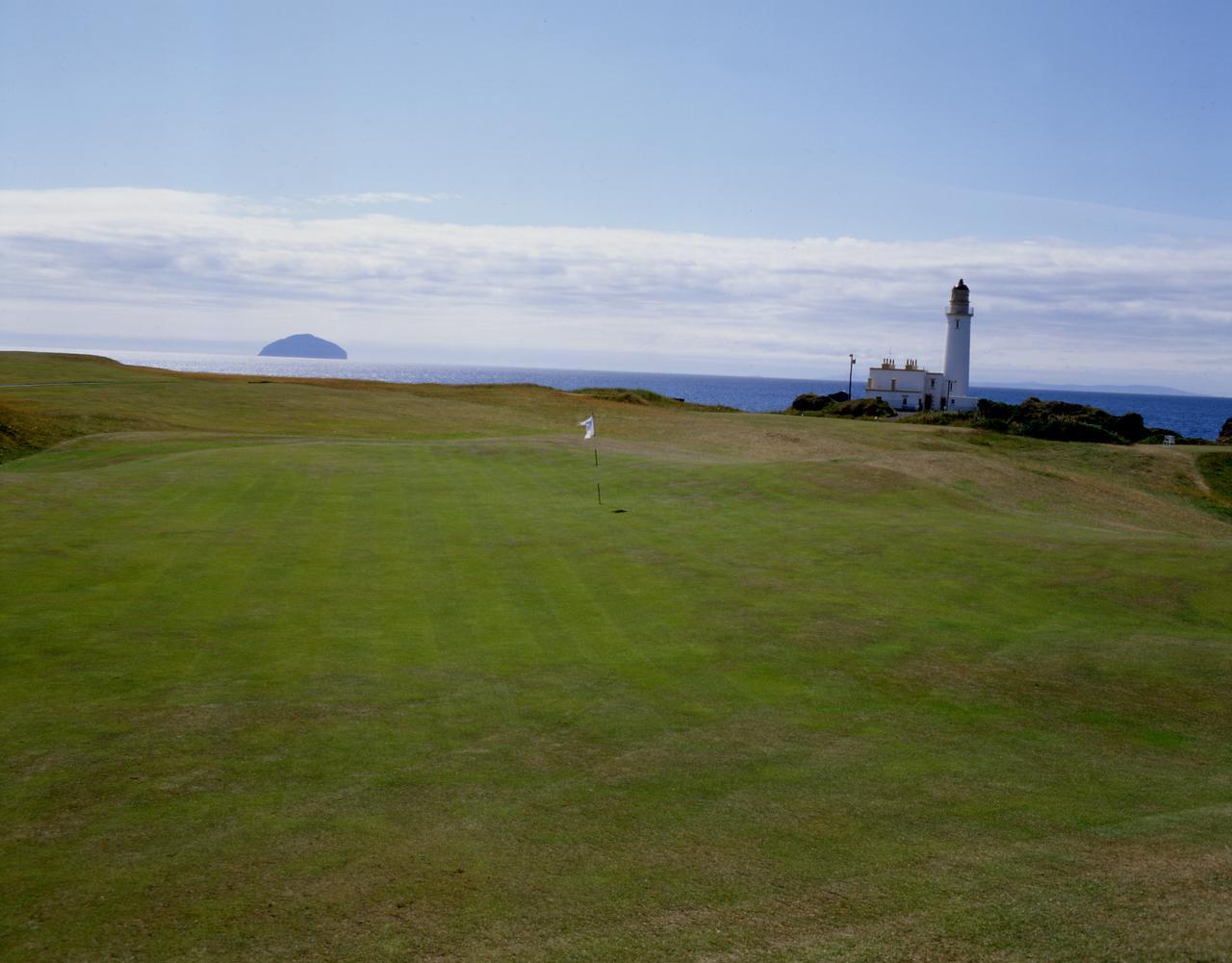 画像: 灯台が有名な全英オープン開催コースのひとつ、ターンベリー。トランプの人種差別発言を受けて開催ローテーションから外れたが……