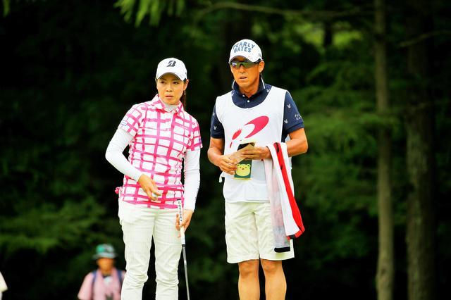 画像: 2015年「meijiカップ」で西山は、キャディを務める芹澤からアドバイスを受け、プロ7年目にして悲願の初優勝を飾った。