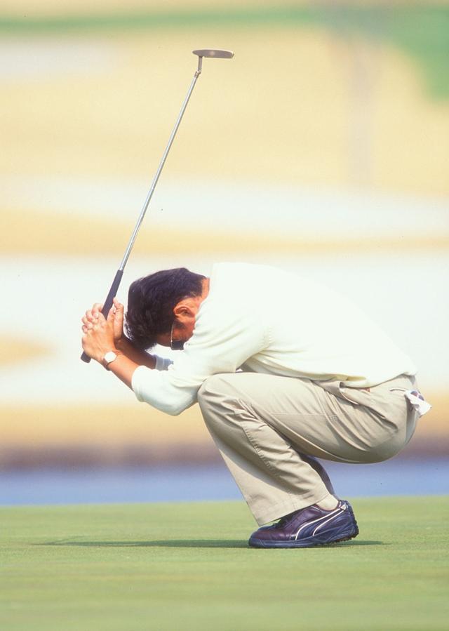 画像: 2000年「東建カップ」で、ウィニングパットを沈めたときの芹澤。パットの名手であることは、パターの打痕にも明らかだろう
