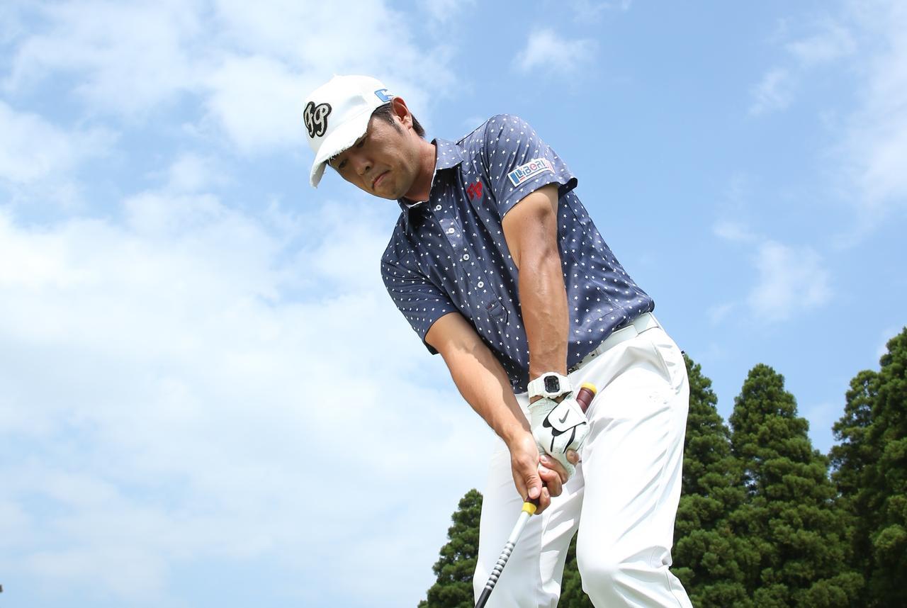 画像: 短いアプローチは「右軸」が寄る! 【石井忍、考えないアプローチ】 - みんなのゴルフダイジェスト