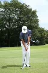 画像: 右ひじは体に密着させ、ボールは少し右寄りに置く。距離に応じてインパクトの形をあらかじめ作っておくことが肝心だ