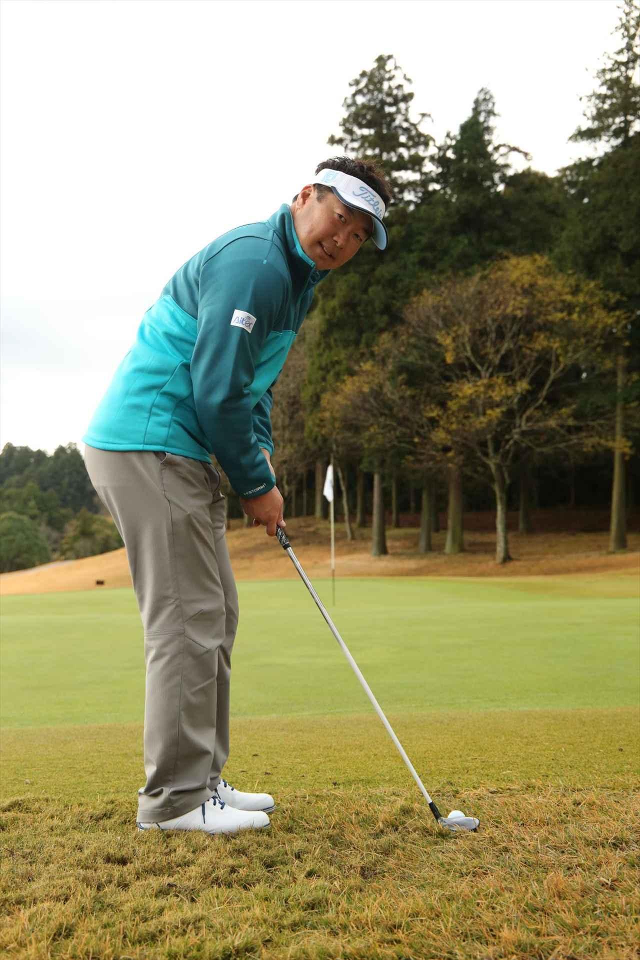 画像: ボールの近くに立って体を起こして高く構える