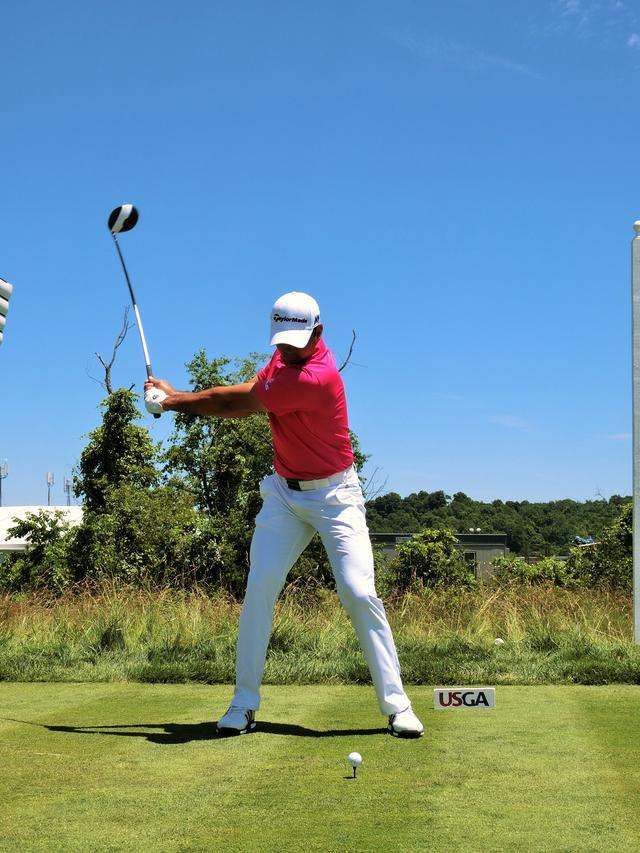 画像: ひざの動きは小さく、グッと肩を回していく