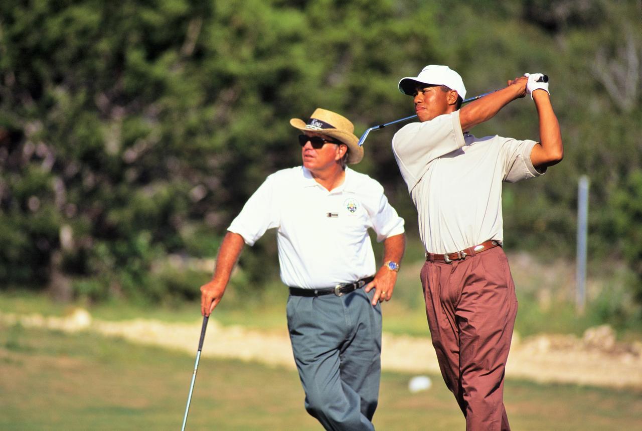 画像: オバマは、かつてタイガーのコーチを務めていたブッチ・ハーモン(写真左)からレッスンを受けたこともある。大統領の激務を果たしながら7年間で250ラウンドはすごい!