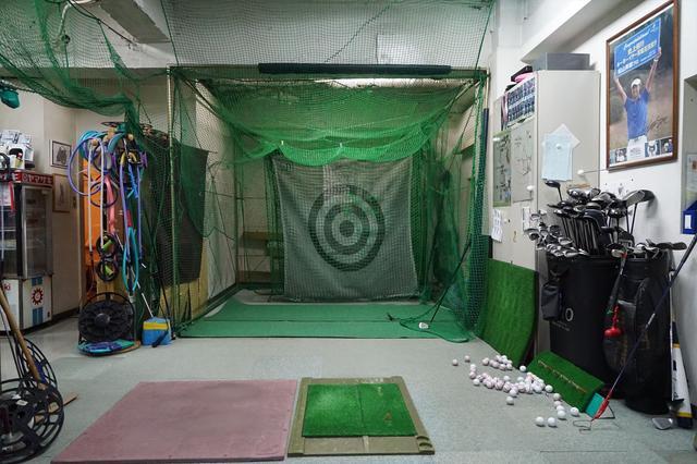 画像: 打席は2打席あって、様々な練習器具がところ狭しと並んでいる