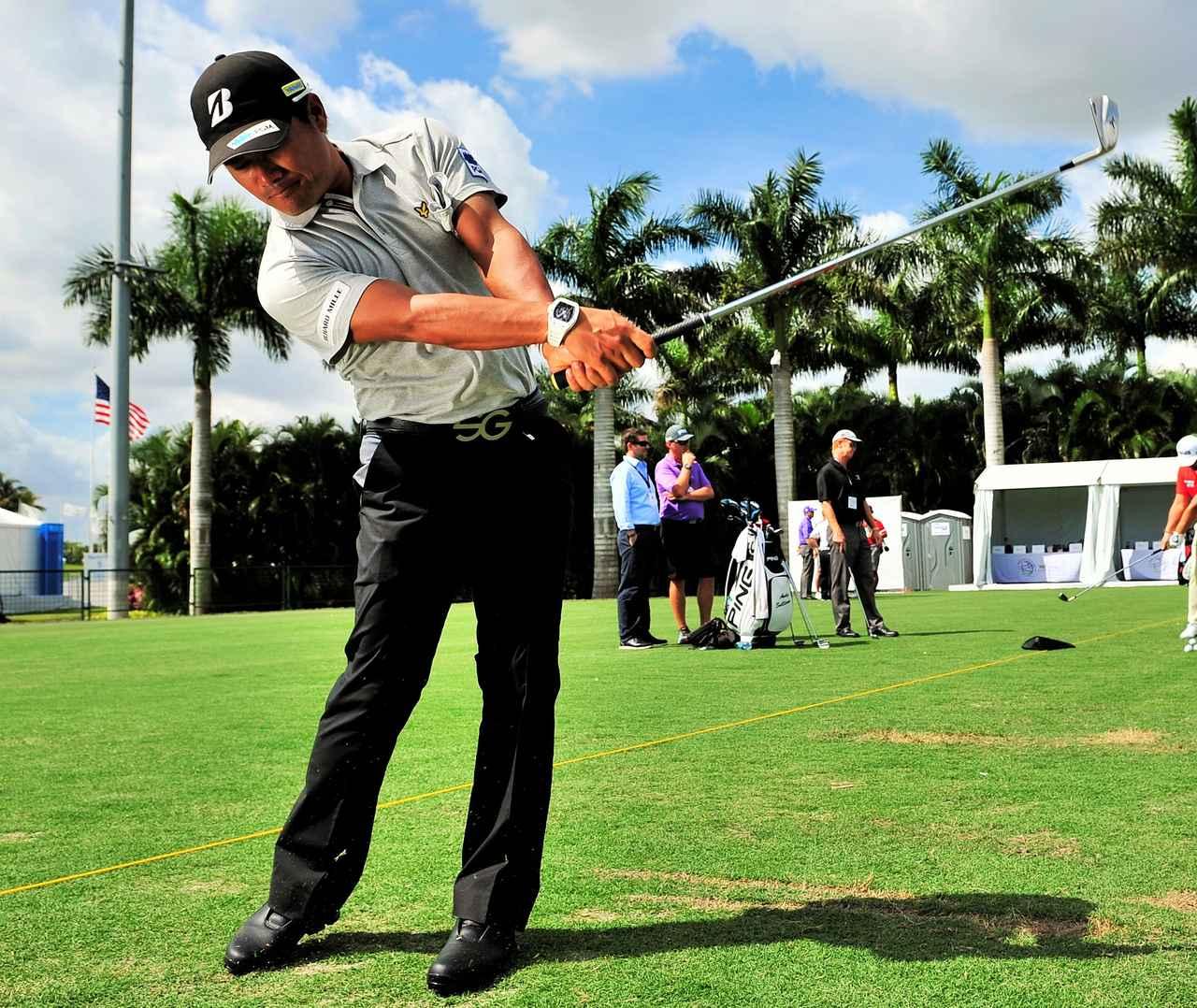 画像: 宮里プロは左わきにグローブを挟んで練習するほど、左わきの締まりを確認する