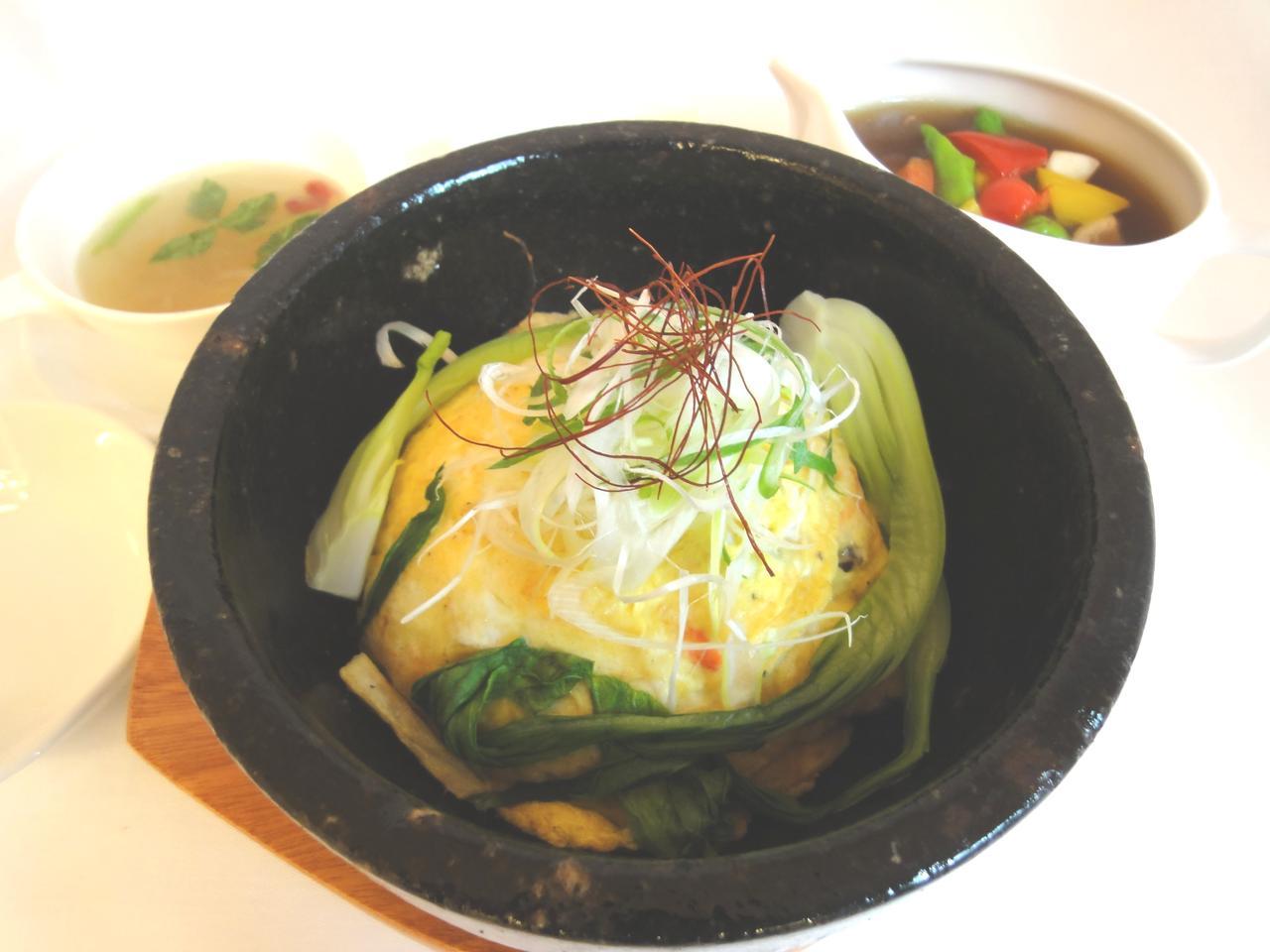 画像: 石焼き蟹玉天津飯~薬膳スープを添えて~。提供地域は大阪府・兵庫県・京都府
