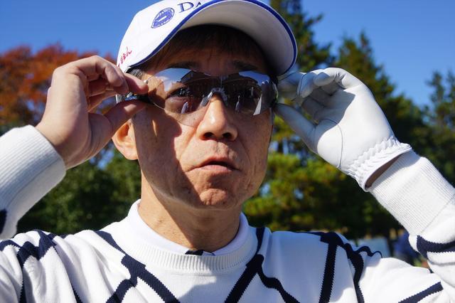 画像: スワンズの「SOU」シリーズのサングラスはラウンド中必ず着用する