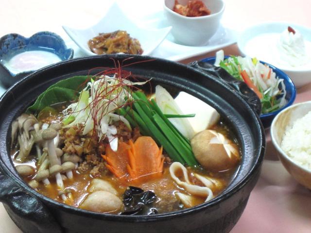 画像: きのこたっぷりピリ辛中華鍋。提供地域は埼玉県・千葉県・東京都・山梨県