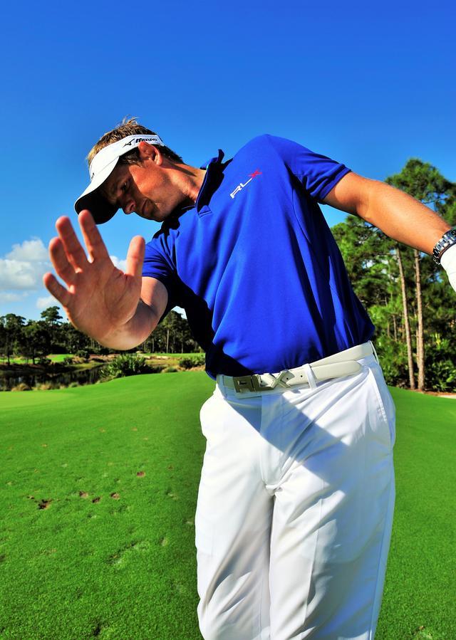 画像: 右手の角度にも気をつけて、ボールを押し込む