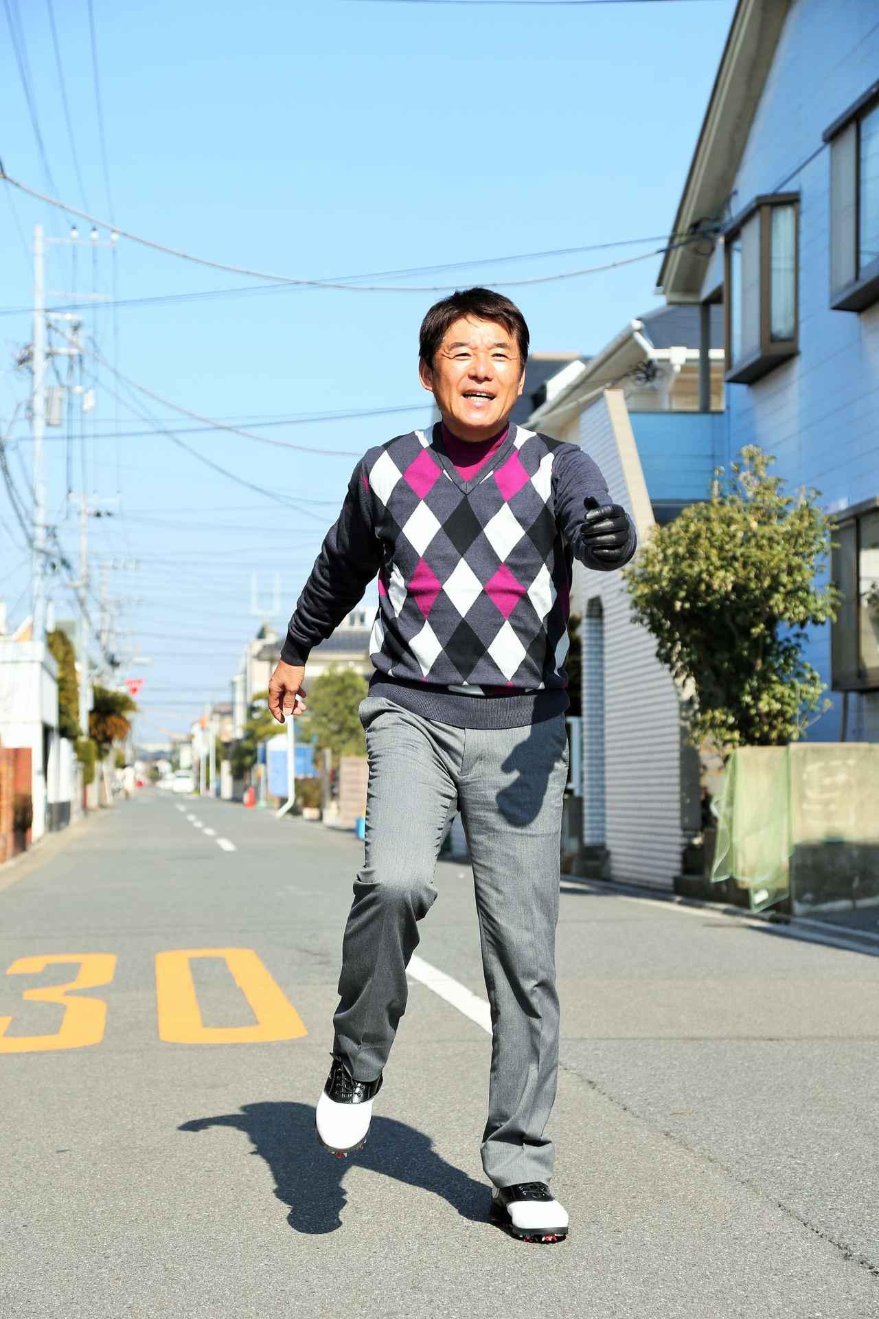 画像: 左足に体重が移っていき、それにつられて左腕が前に出る。右腕は後ろに下がる。下半身⇒上半身の順に動く