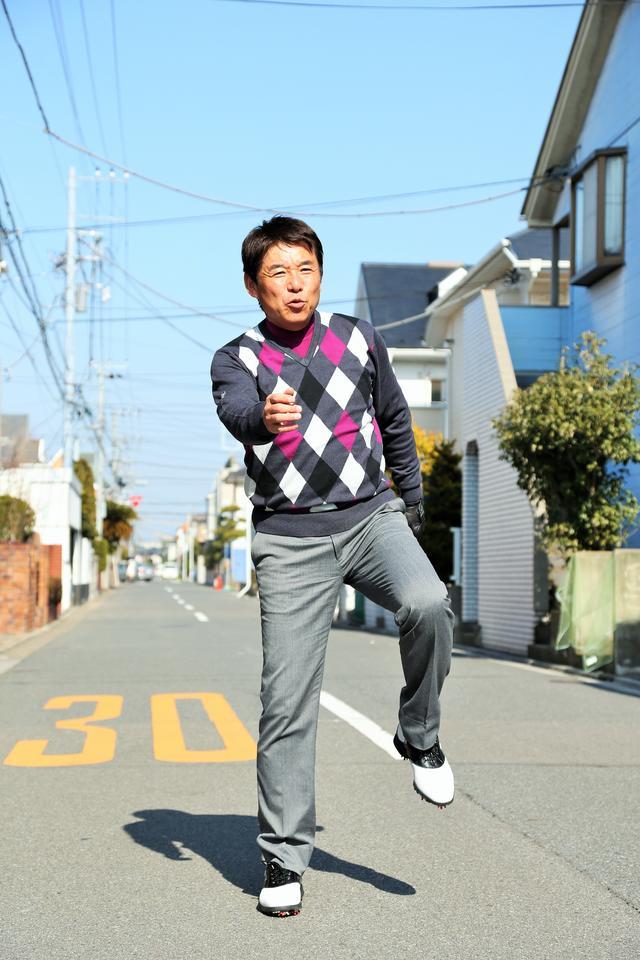 画像: 左足を上げて右足に体重を乗せ、下半身から動かす。自然と右腕が前に出てきて、左腕が後ろに下がる