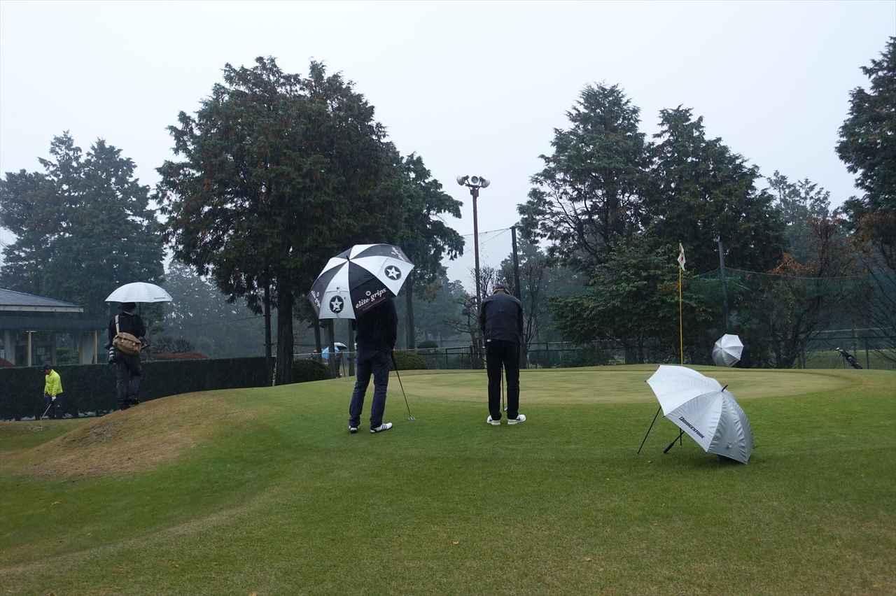画像: 寒さと雨で距離感を合わせるのに苦労する出場選手