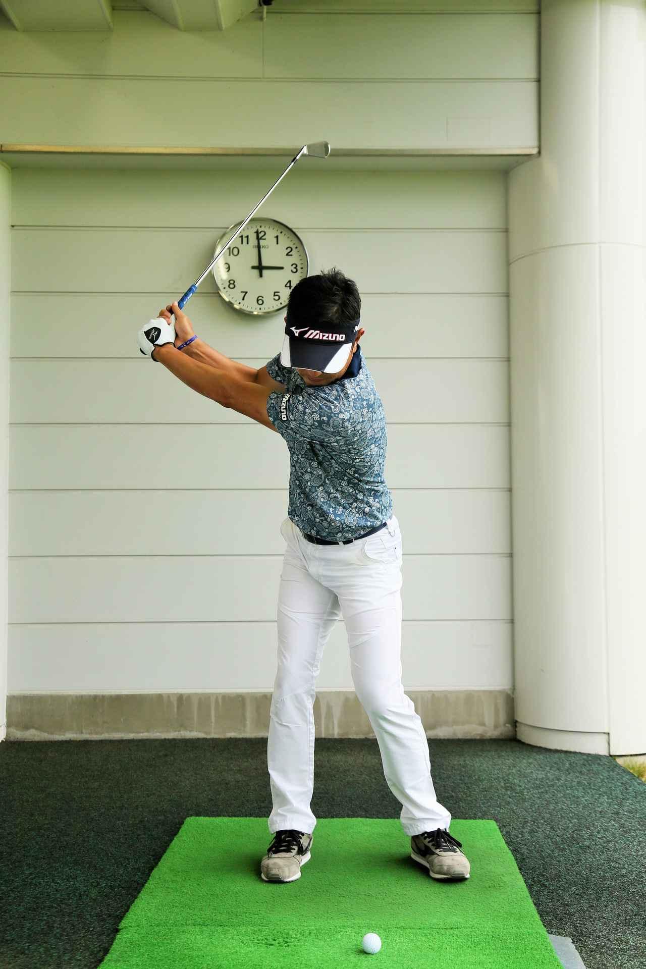 画像: バックスウィングでは、左肩が右足の上にくるようなイメージを持とう。