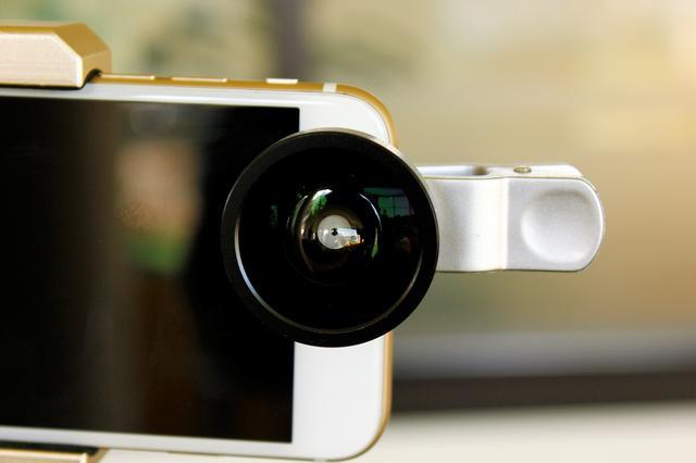 画像: スマホのインカメラにクリップで挟むだけ。真ん中からインカメラが見えるようにセットするだけ