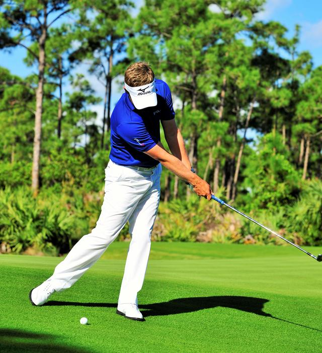 画像: ひざの高さを一定に保ち、低くフォローを出すことが傾斜攻略のコツ