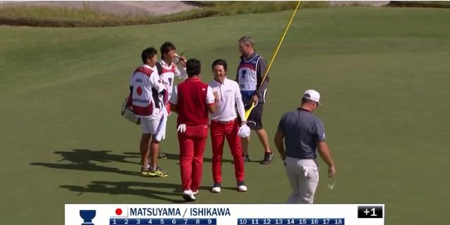 画像: ホールアウトし、握手を交わす松山英樹と石川遼