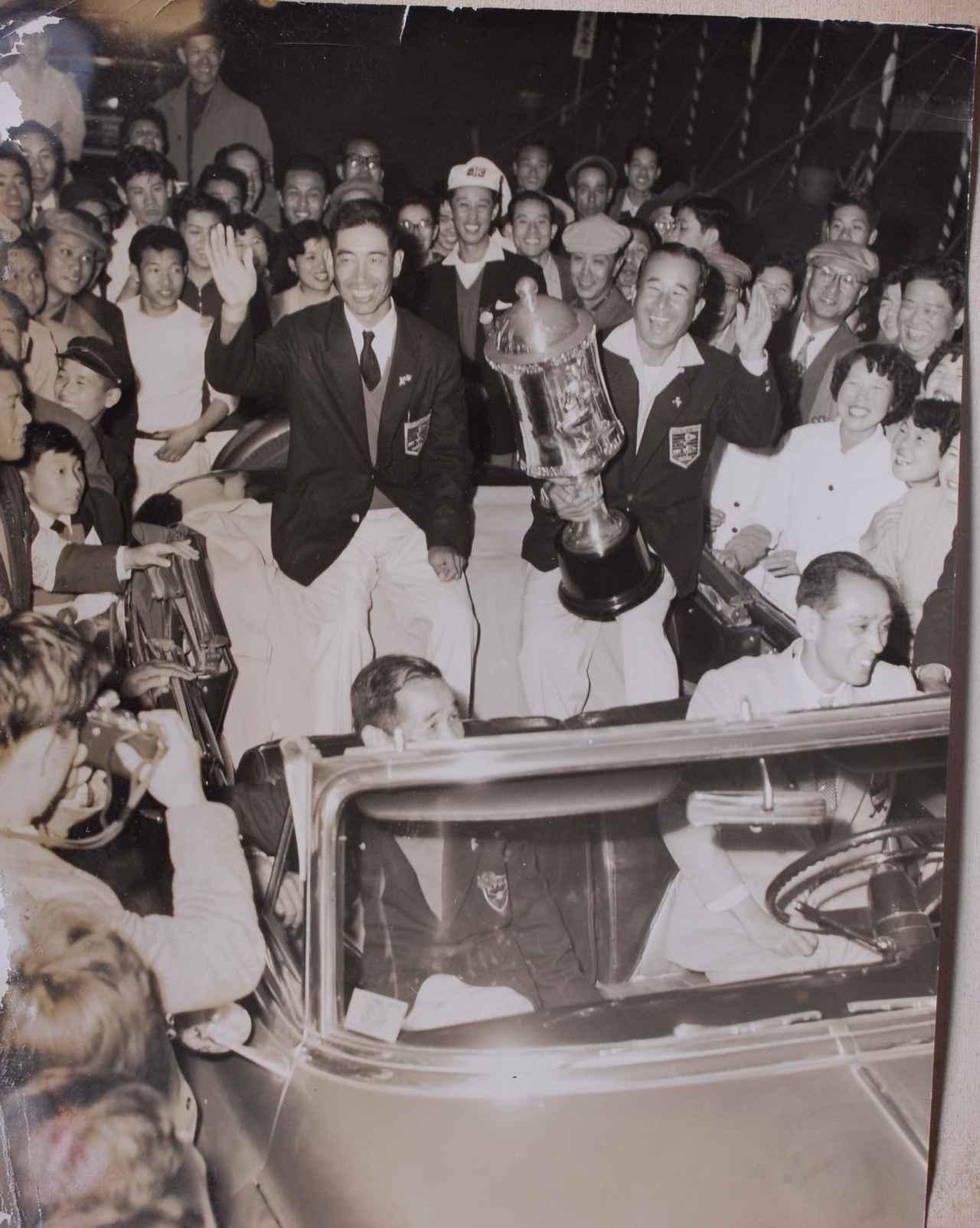 画像: 中村寅吉(写真右)と小野光一(写真左)の優勝は、日本中が湧いた