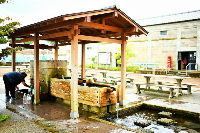 画像: 久留里駅前の水汲み場。ミネラル豊富な水を求め、こういった光景がよく見られる