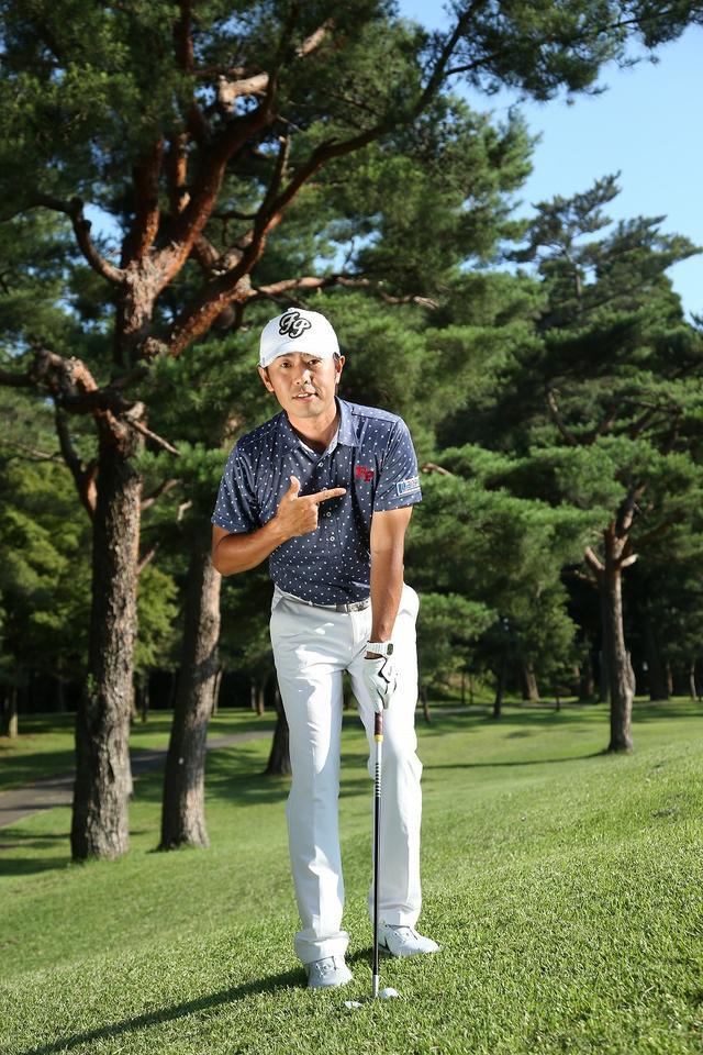画像: 左足上がりのとき、ボールは左わきの前に置く