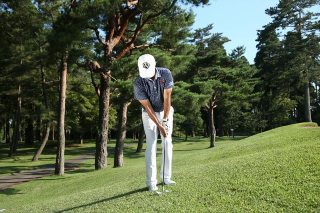 画像1: 意外とムズい「左足上がり」は、球を拾う感覚で打とう