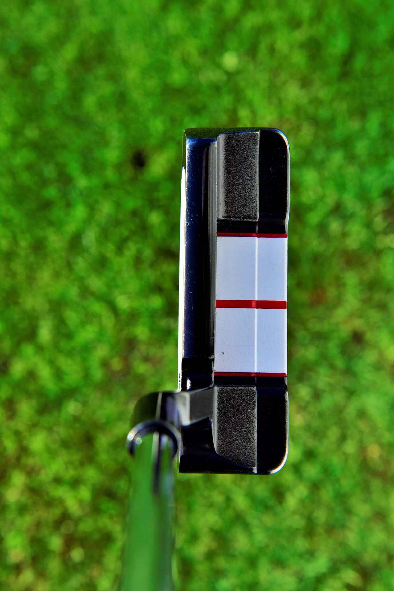 画像: 白いデザインと赤の3本線がとてもスクェアに構えやすい
