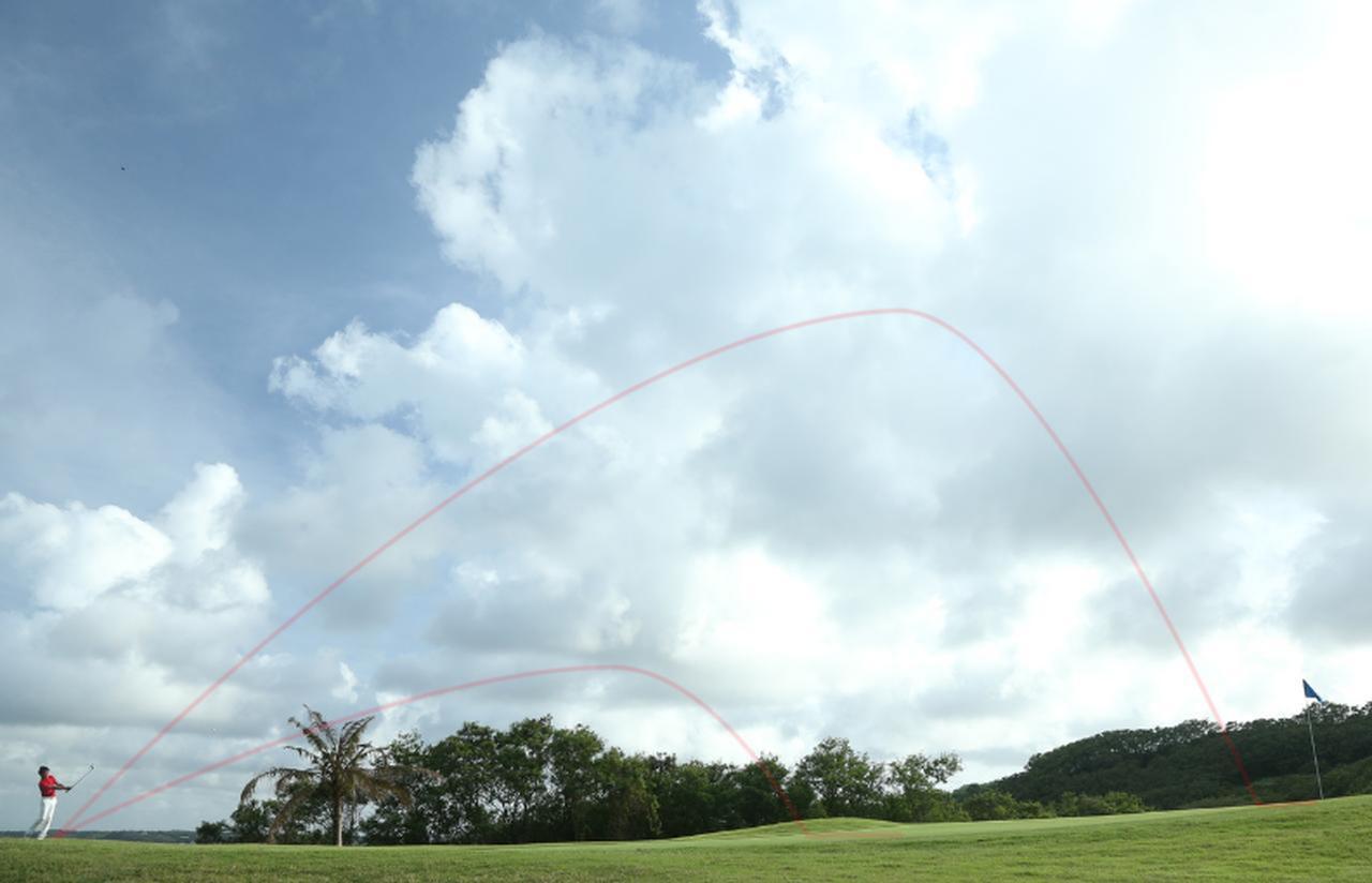 画像: コツは球の高さをイメージすること。高さを意識するだけで、距離というのは自由に打ち分けられる