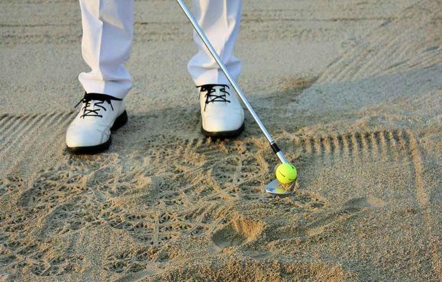 画像: フェースにボールを乗せる感覚で打つという