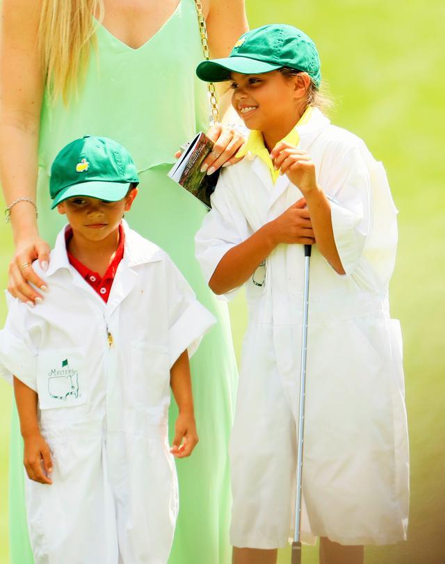 画像: 昨年のマスターズでは恒例イベント「パー3コンテスト」に参加した娘・サムちゃんと息子・チャーリー君