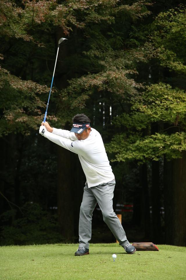 画像: 上半身を右に寄せながら、左足はヒールアップし右サイドにしっかり加重される