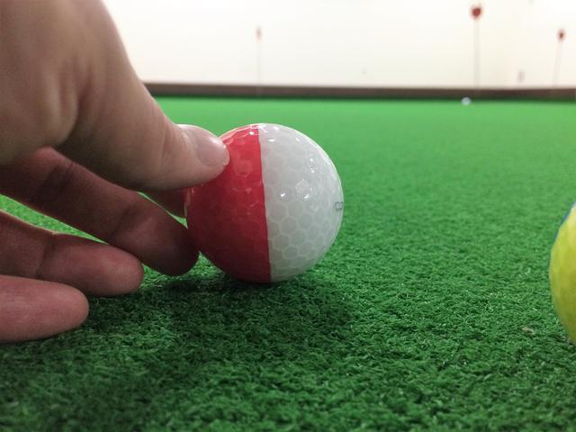 画像: 奥のカップを狙ってみよう。色の境目がラインに見えてまっすぐと目標方向を向ける