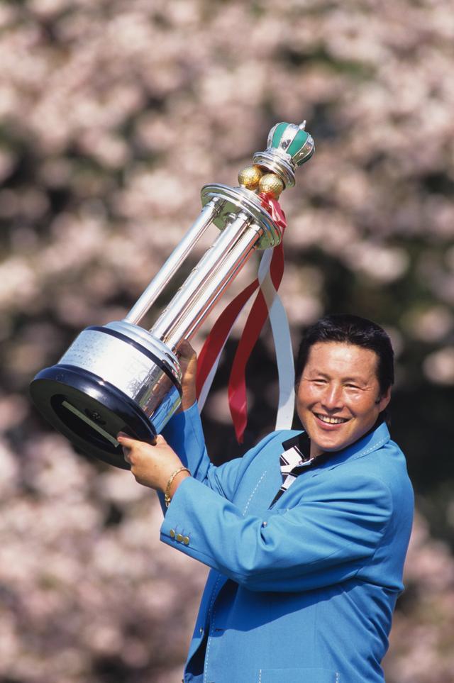 画像: 1996年シーズンは「中日クラウンズ」をはじめ8勝(!)を挙げ、二度目の年間獲得賞金2億円超えを達成した