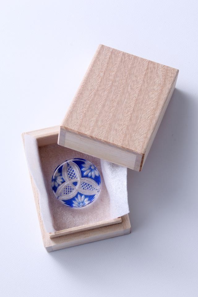 画像: 一点一点桐箱に入れて届けられる