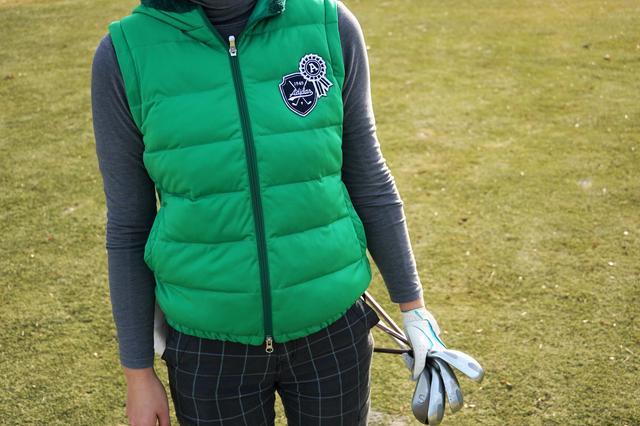 画像: クラブ4本持っているあたり、ゴルフの腕がバレますね