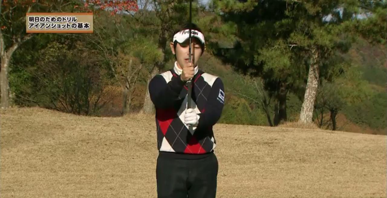 画像: 左手は通常の位置。右手は極端に短く、シャフトを握ってグリップする