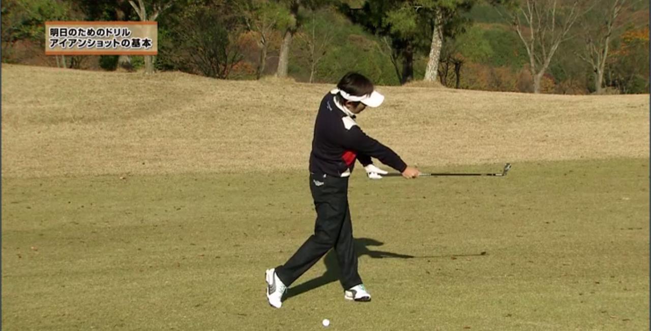 画像: 体を回してスウィングすればフォローでも右手と左手の関係性はキープされる