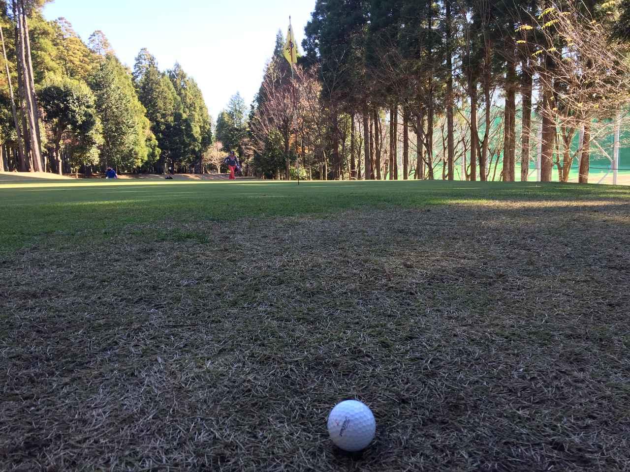 画像: 冬のグリーン周りは芝が薄く「トップ」や「ダフり」のミスが出やすい