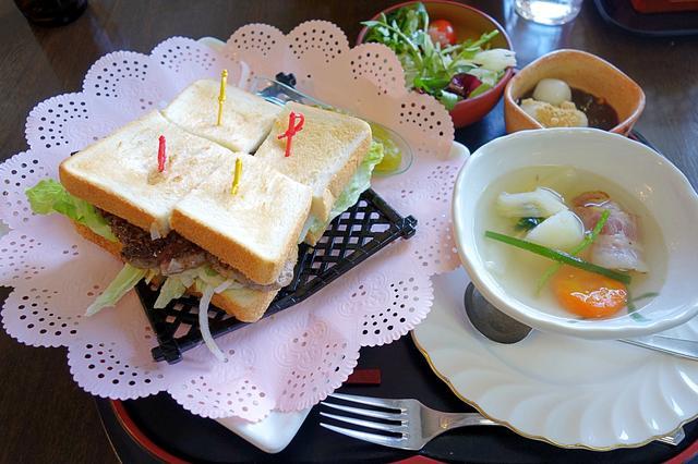 画像: スタミナ・ステーキ・サンド全景。サラダ、スープ、デザート付きで1700円