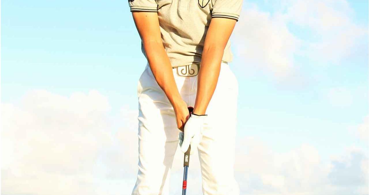 """画像: そのスライス「右肩が下がってる」のが原因かも。""""クロスハンドドリル""""を試してみよう - みんなのゴルフダイジェスト"""