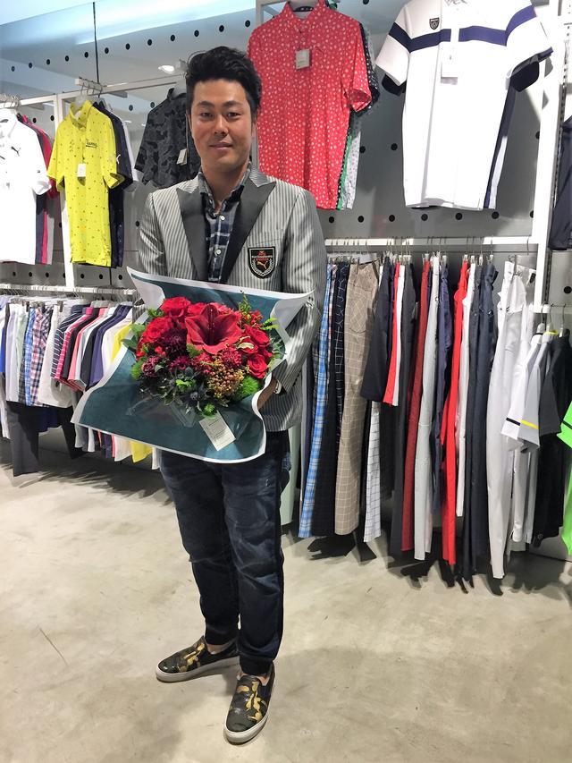 画像: 「クラブ屋さん(クラブメーカー)の場合なら記念品として金メッキされたドライバーとかパターなどを贈ると聞いた事があって、ウェア屋の場合は何ができるのかを考え、日本プロ優勝の直後(7月中旬)から製作に動いていました」と、ツアーレップの梅宮研二さん