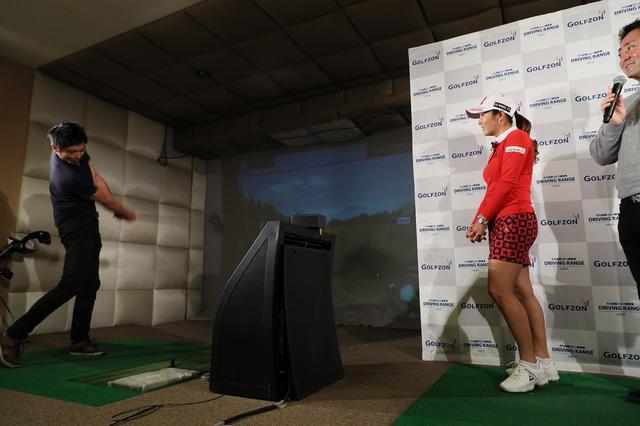 画像: この日の最長記録を出した参加者は、ゴルフの腕をテニスで鍛えたという。いいスウィング!