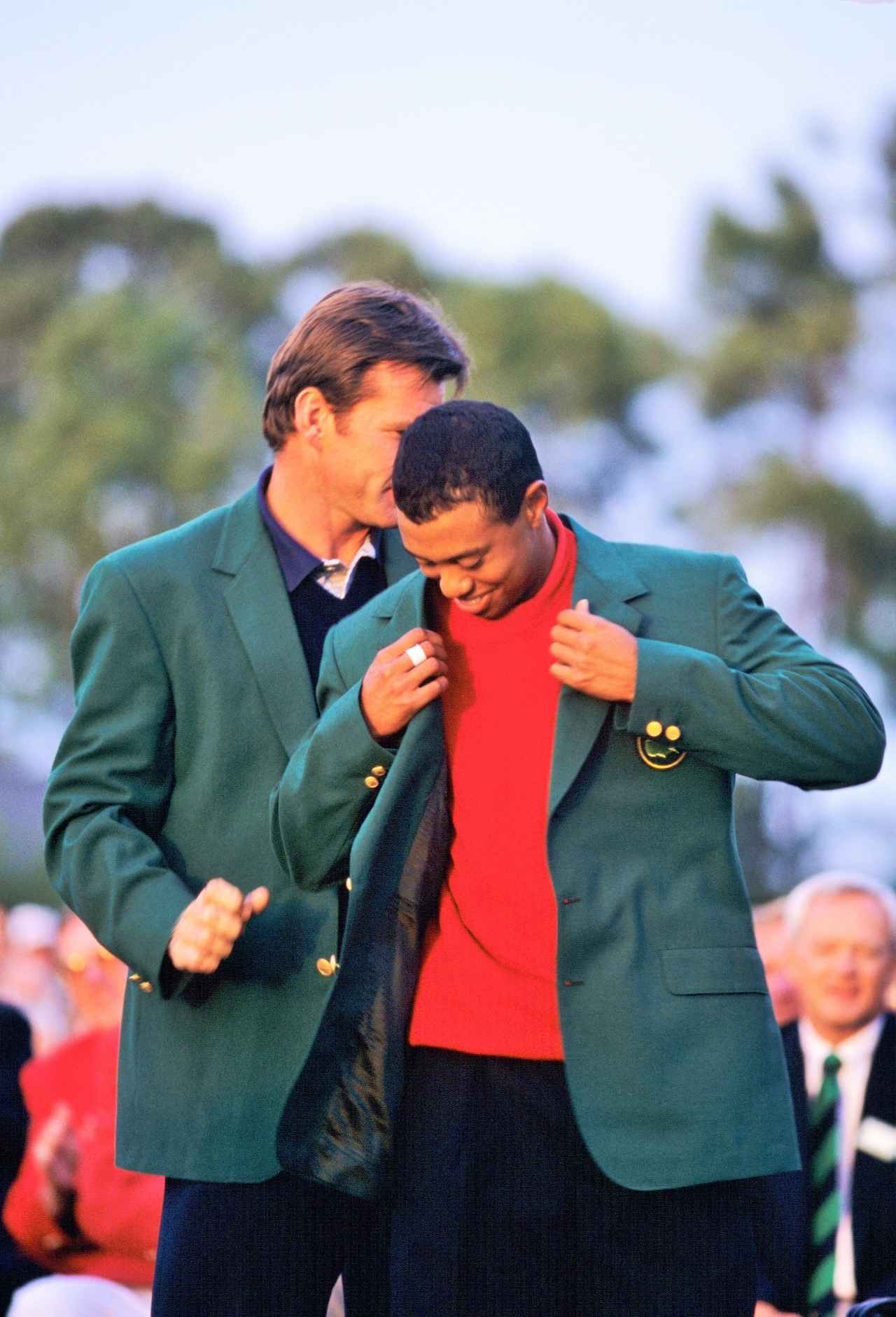 画像: 1997年「マスターズ」で初めてグリーンジャケットに袖を通すタイガー