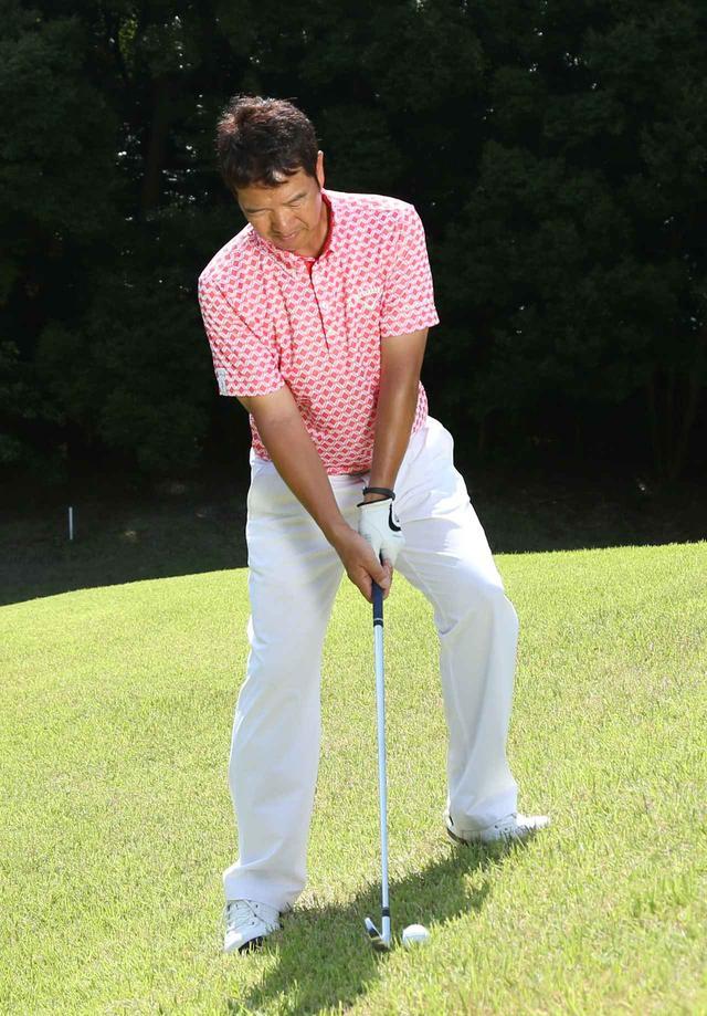 画像: 肩のラインは右が少し下がっていてもOK。シャフトは「地球に垂直」になるように構えるのがポイント。
