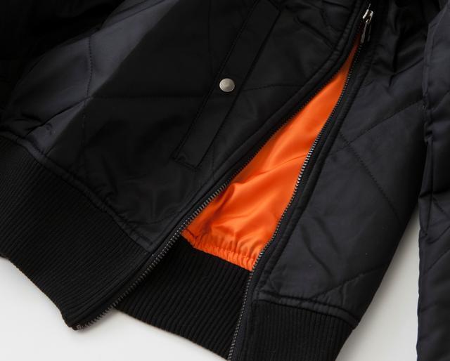 画像: サイドにファスナー付で着脱もラクラク。カラーはブラックとカーキの2色