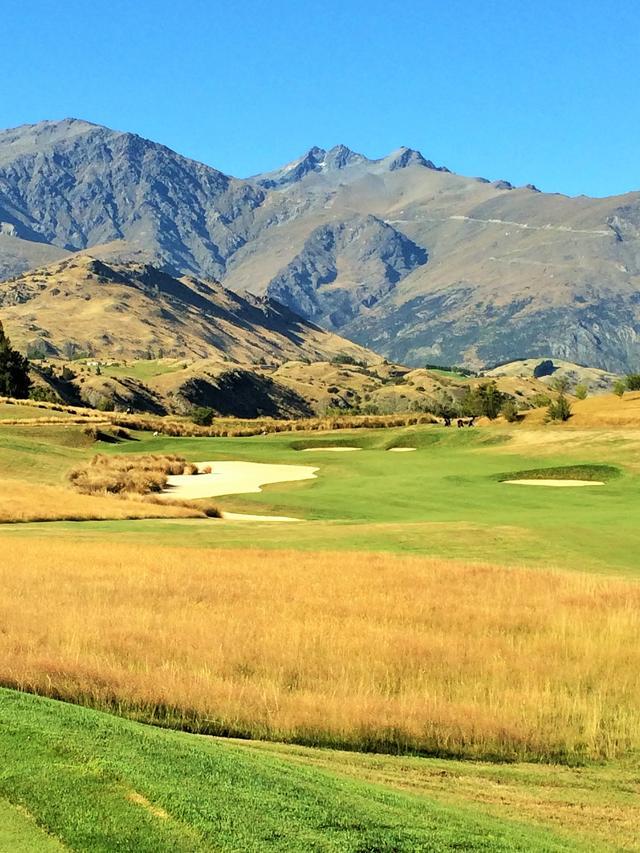 画像: トーナメントも開催されるザ・ヒルズGCは、ブッシュもラフも深く、フェアウエイは絨毯。岩の茶色と緑のコントラストが美しい
