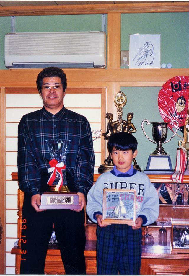 画像: 4歳でゴルフを初めた松山は日本アマ出場経験のある父の指導のもと腕を磨いた