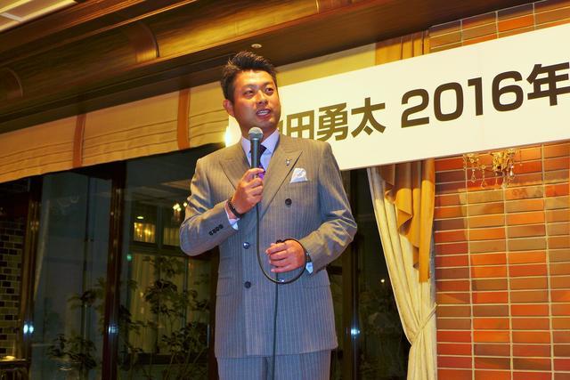 画像: オフには「池田勇太 2016年 感謝の宴」を開催し、マスコミ関係者ら約140人を招待した