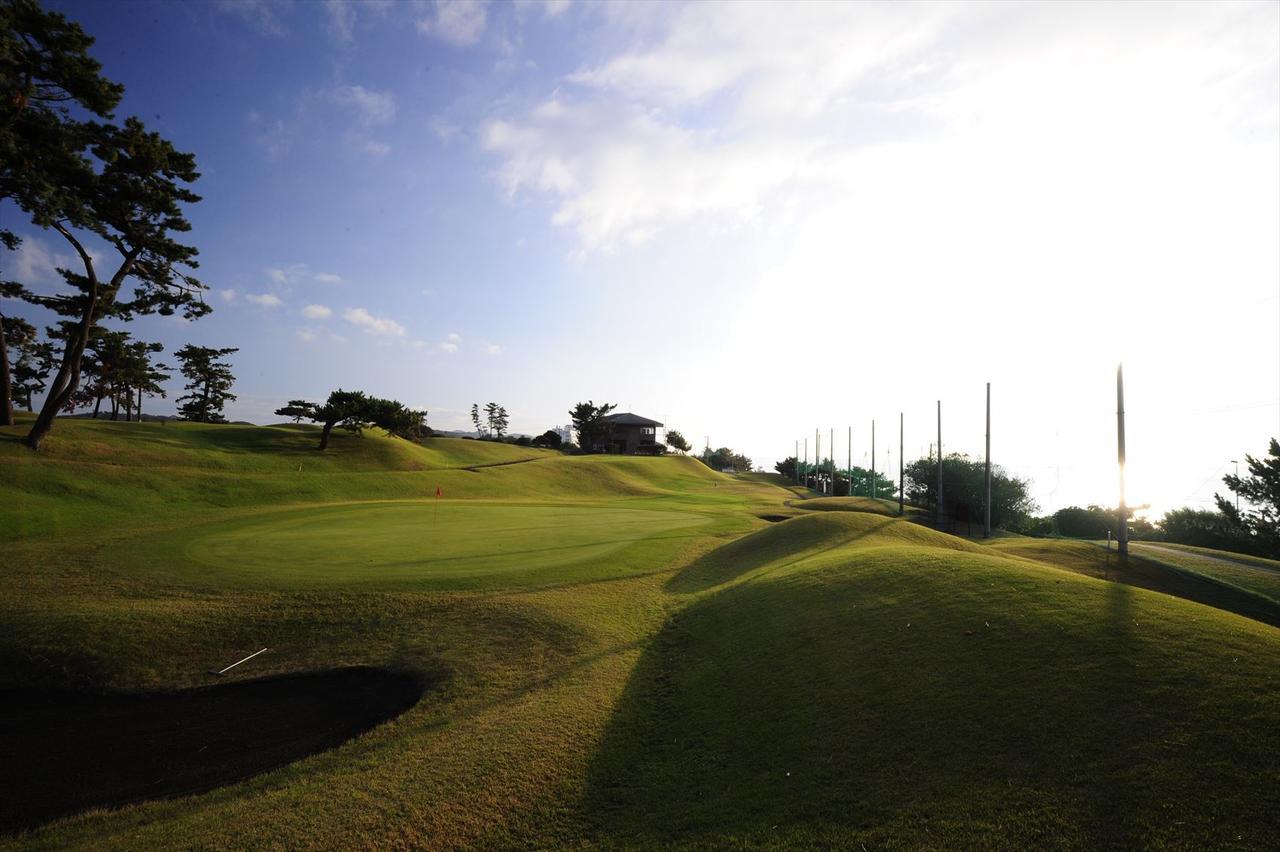 画像: 1番ホールのすぐ横が駅伝のコースになっている大磯ゴルフC