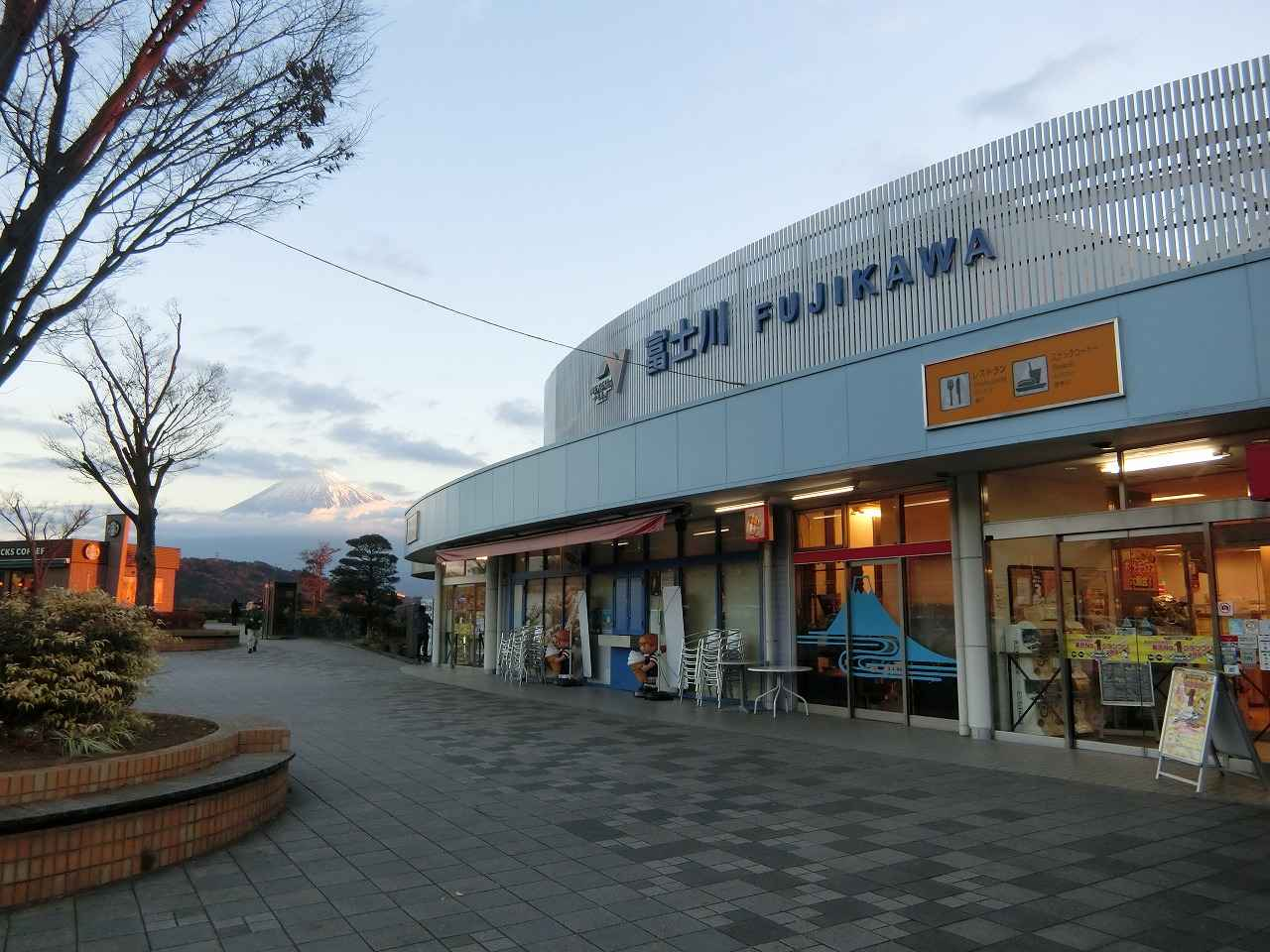 画像: SAに到着してすぐ目の前には雄大な富士山が見える