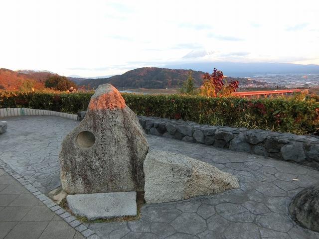 画像: この穴から覗く富士山が一番美しいと言われているんだそう